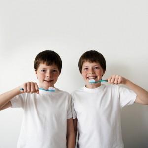 crianças escovamdo os dentes